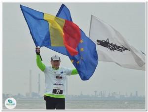 Maratonul nisipului 2017 cu drapelele Romaniei, Uniunii europene si steagul dacilor