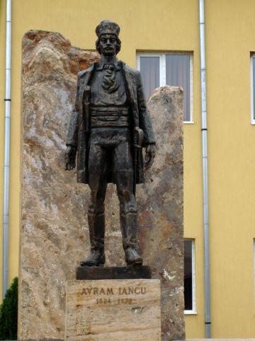 p1.StatuiaLuiAvramIancu.JPG